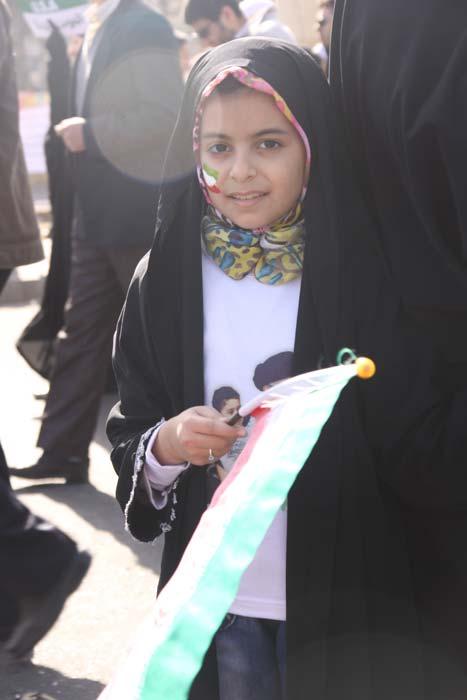دختر محجبه در راهپیمایی